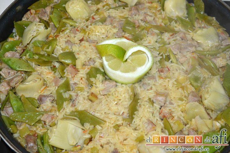Arroz con secreto ibérico, alcachofas y ajos tiernos, decorar con unas rodajas de limón