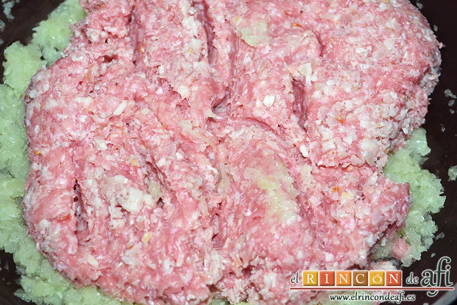 Croquetas de pollo y bacon, cuando empiece a tomar color añadir las carnes
