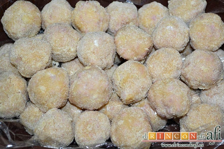 Croquetas de pollo y bacon, formar las croquetas y pasarlas por harina, huevo batido y pan rallado