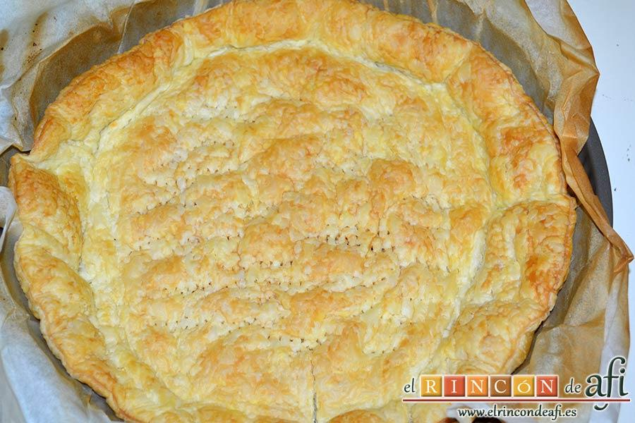 Hojaldre crujiente con crema pastelera y rodajas de manga fresca, pincharlo con tenedor y hornear