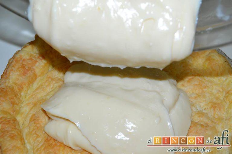 Hojaldre crujiente con crema pastelera y rodajas de manga fresca, verter sobre el hojaldre