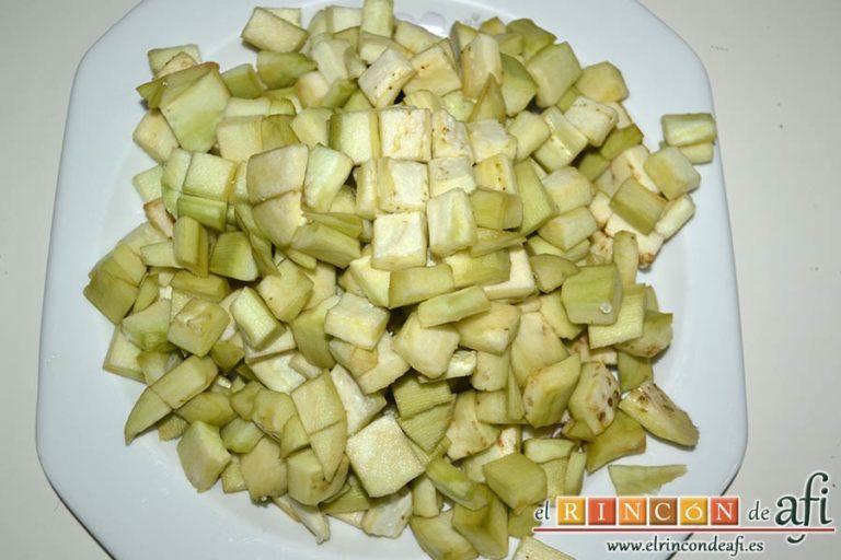 Pasta con berenjenas, retirarles la sal y cortar en cubitos