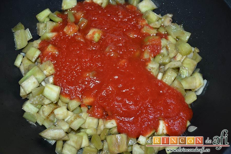 Pasta con berenjenas, añadir el tomate triturado
