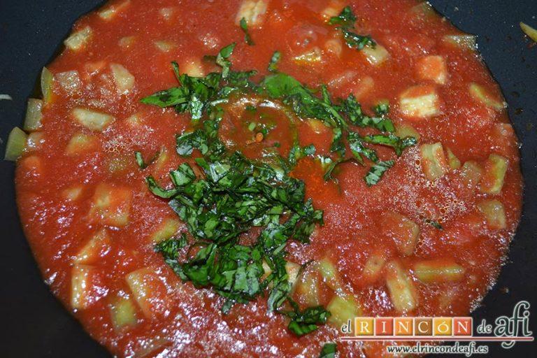 Pasta con berenjenas, picar unas hojas de albahaca y añadirlas