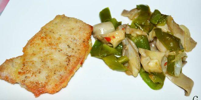 Salteado de ajos, cebolla, setas de cardo y pimientos verdes italianos, sugerencia de presentación