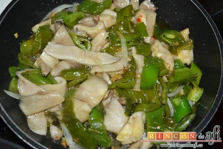 Salteado de ajos, cebolla, setas de cardo y pimientos verdes italianos, dejar sofreír unos minutos