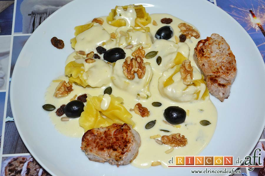 Tortelloni con crema de queso azul y albahaca