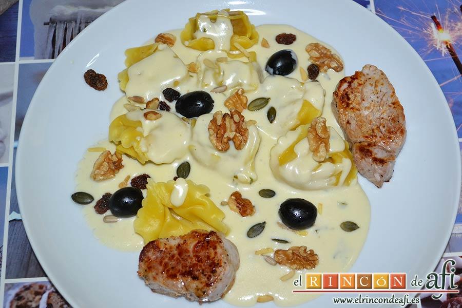 Tortelloni con crema de queso azul y albahaca, sugerencia de presentación