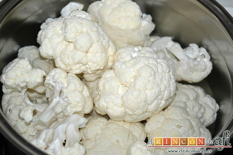 Tortitas de coliflor, trocearla y ponerla a sancochar con agua y sal gorda