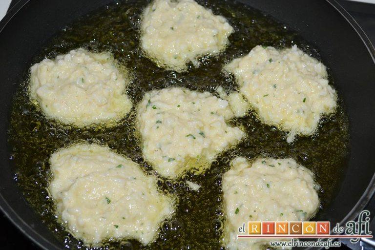 Tortitas de coliflor, freír porciones en abundante aceite caliente