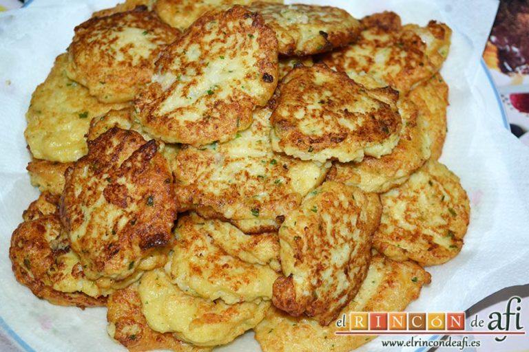 Tortitas de coliflor, ponerlas sobre papel absorbente