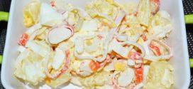Ensalada de palitos de cangrejo, piña y papas