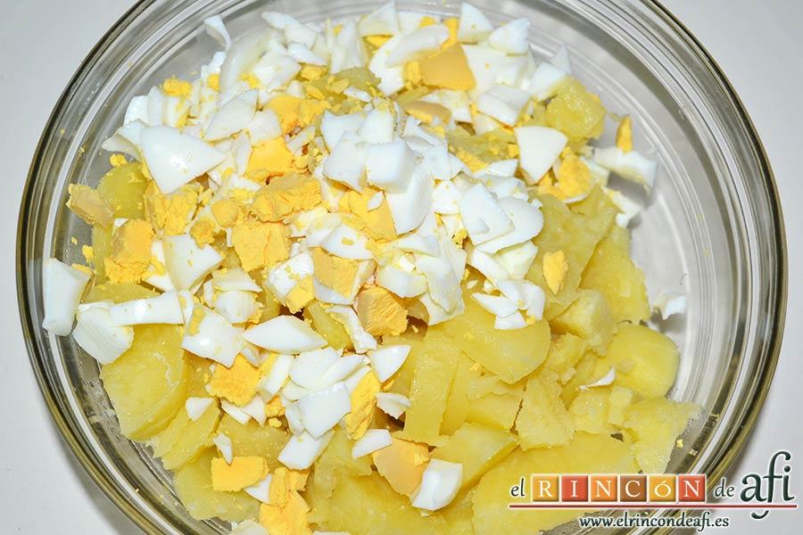 Ensalada de palitos de cangrejo, piña y papas, añadir los huevos picados