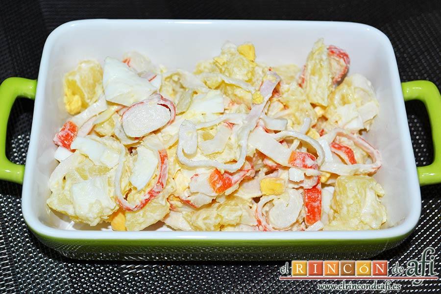 Ensalada de palitos de cangrejo, piña y papas, sugerencia de presentación