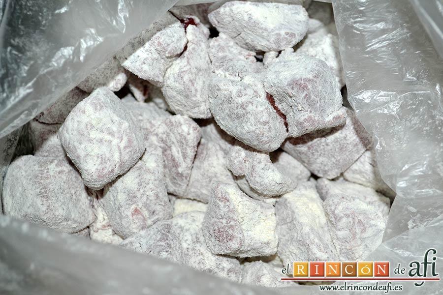 Estofado de ternera otoñal, pasar la carne por harina con ayuda de una bolsa