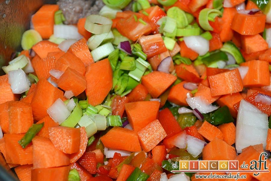 Estofado de ternera otoñal, añadir las verduras troceadas