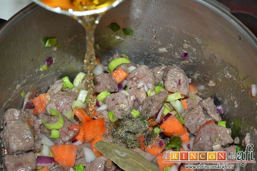 Estofado de ternera otoñal, añadir el vino blanco, el tomillo y la hoja de laurel