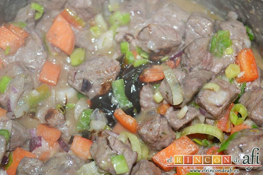Estofado de ternera otoñal, añadir el concentrado de carne