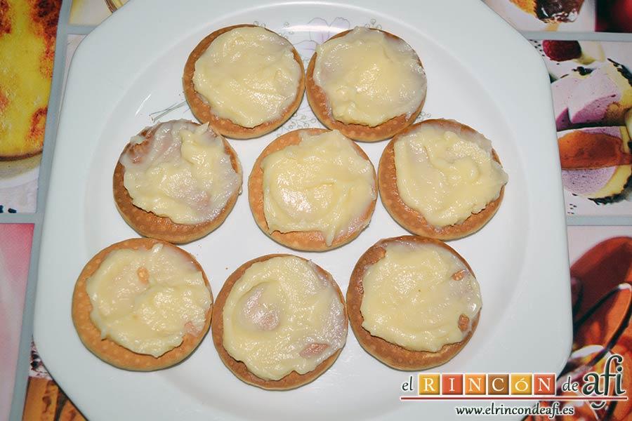Galletas fritas con crema pastelera, extender porciones de crema pastelera sobre las galletas