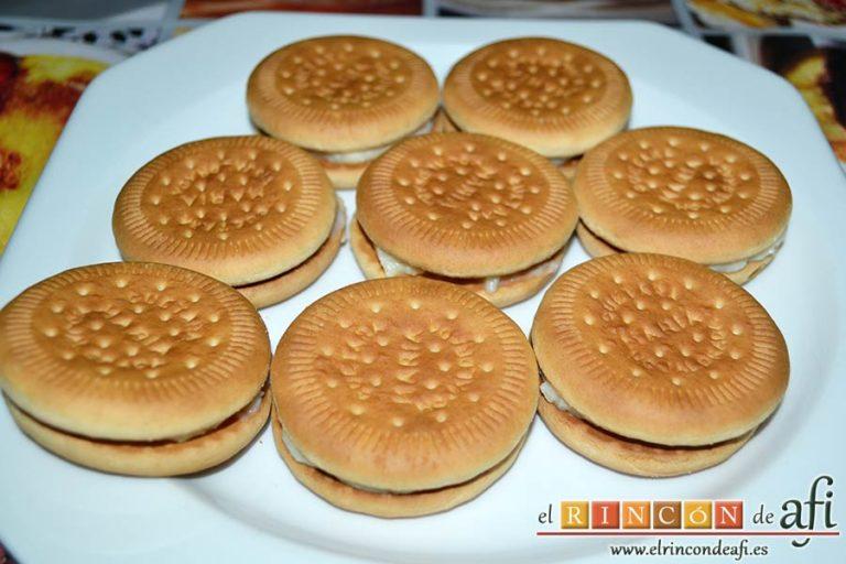 Galletas fritas con crema pastelera, cerrar con otra galleta sin crema