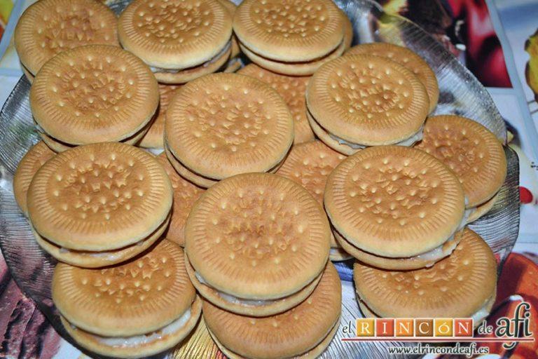 Galletas fritas con crema pastelera, apilarlas para reservar