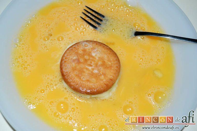 Galletas fritas con crema pastelera, pasarlas por huevo batido