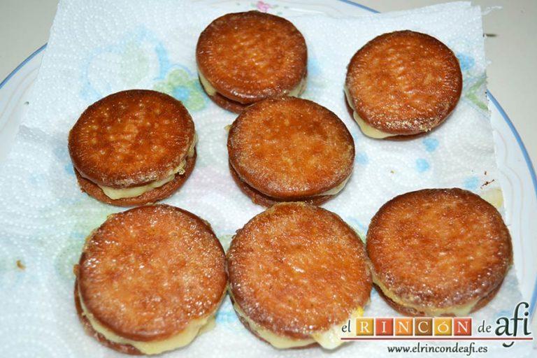 Galletas fritas con crema pastelera, poner sobre papel absorbente