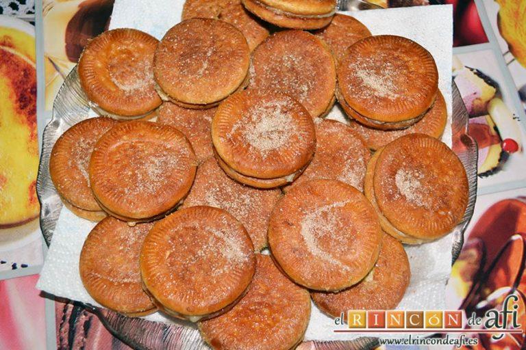 Galletas fritas con crema pastelera, espolvorear con azúcar y canela