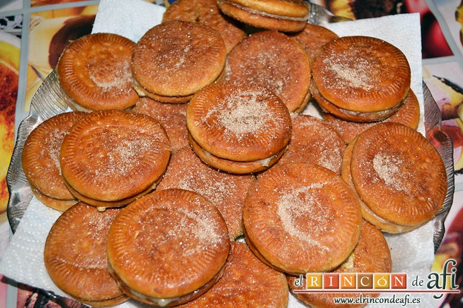 Galletas fritas con crema pastelera, listas para comer