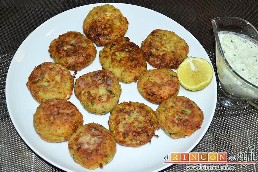 Keftedes de calabacín con queso feta y salsa tzatziki