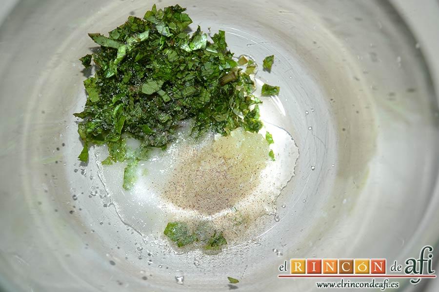 Keftedes de calabacín con queso feta y salsa tzatziki, añadir la cucharadita de zumo de limón, la sal y la pimienta blanca molida