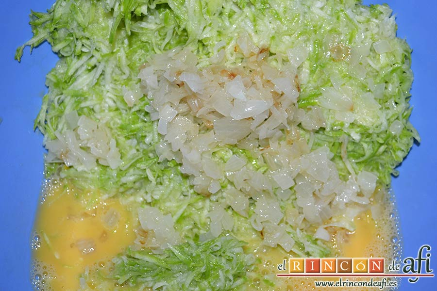 Keftedes de calabacín con queso feta y salsa tzatziki, añadir los calabacines rallados y la cebolla