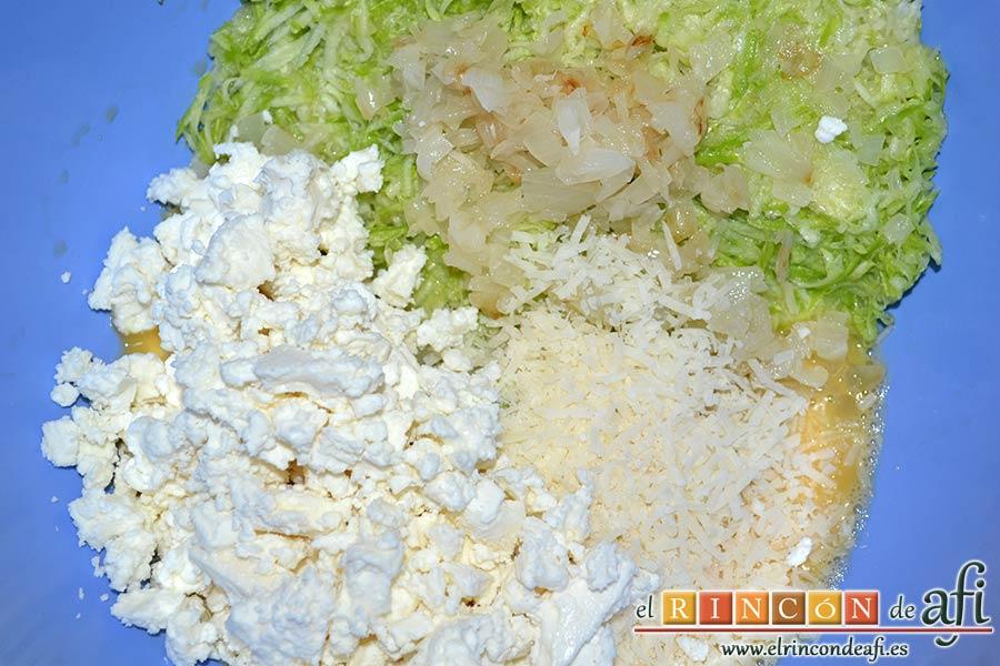 Keftedes de calabacín con queso feta y salsa tzatziki, trocearlo y agregarlo al bol junto con el queso parmesano