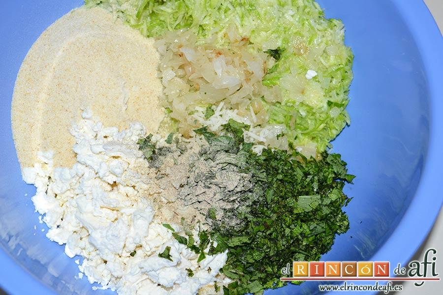 Keftedes de calabacín con queso feta y salsa tzatziki, agregar el pan rallado, las dos cucharadas de perejil y menta picados y la pimienta blanca molida