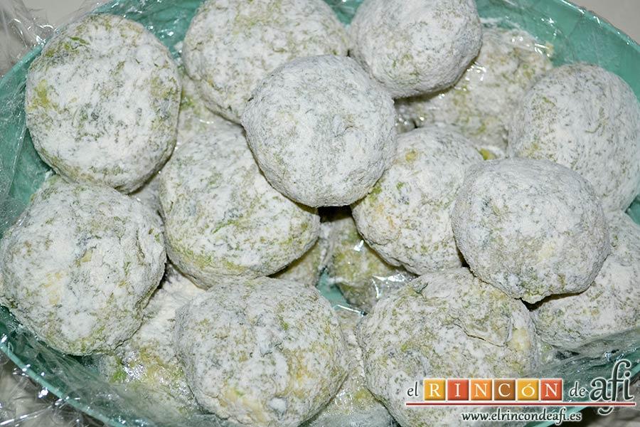 Keftedes de calabacín con queso feta y salsa tzatziki, formar las albóndigas y pasarlas por harina