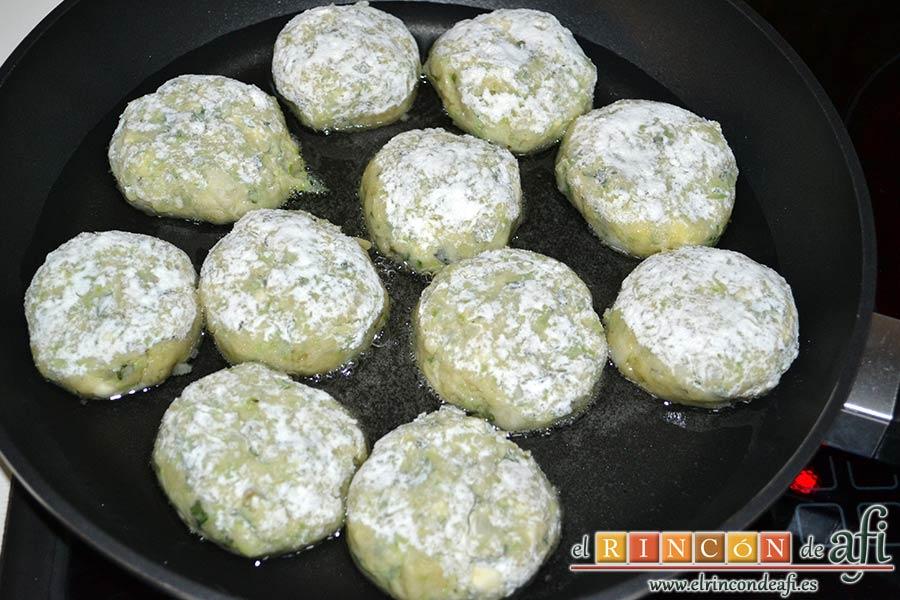 Keftedes de calabacín con queso feta y salsa tzatziki, freírlas en aceite de girasol