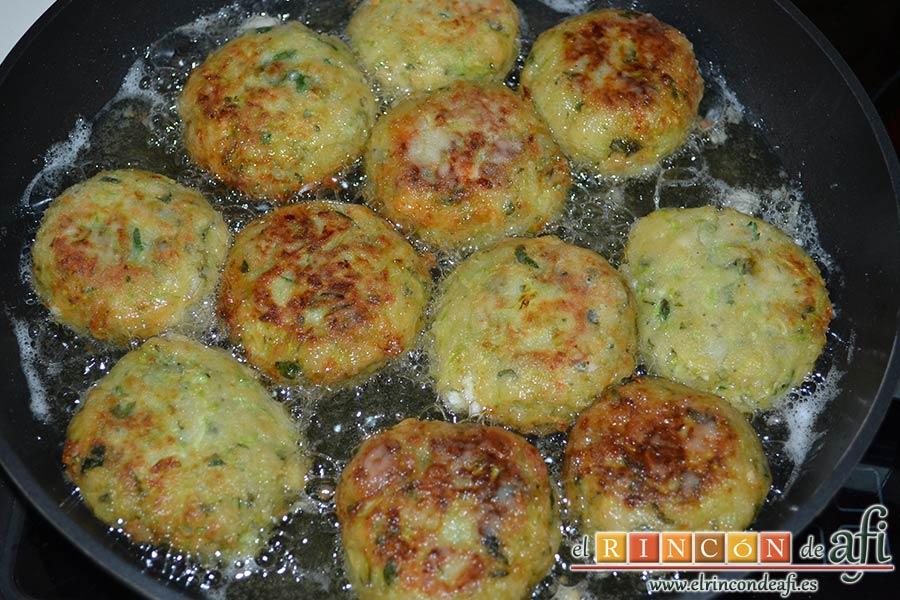 Keftedes de calabacín con queso feta y salsa tzatziki, dejarlas freír bien