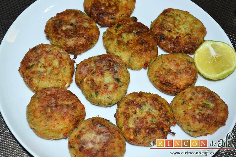 Keftedes de calabacín con queso feta y salsa tzatziki, sugerencia de presentación