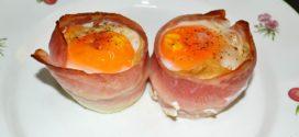 Papas fritas, huevos y bacon en tacitas