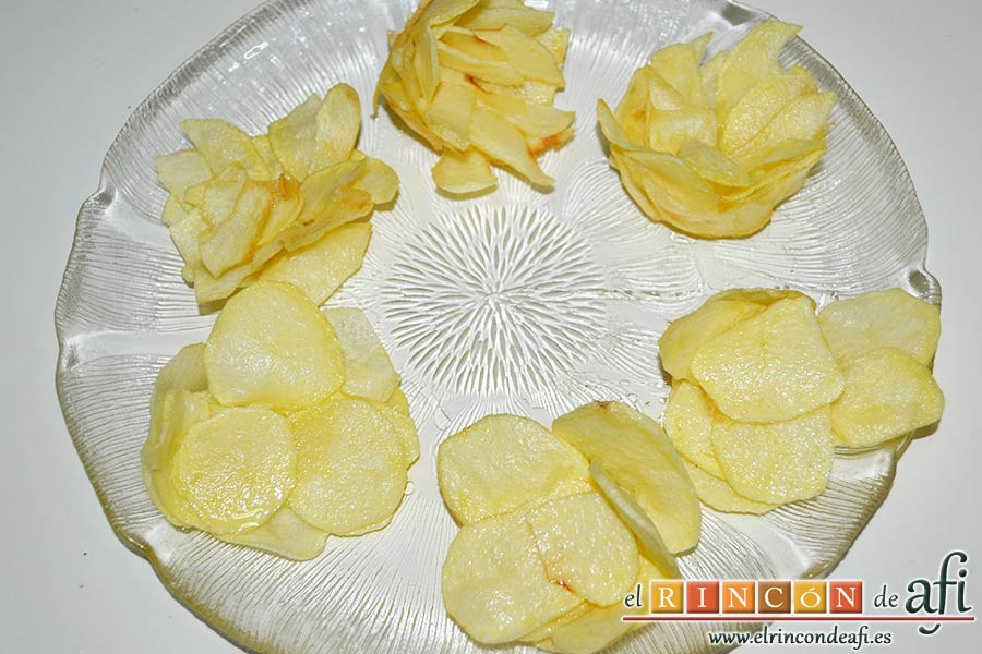 Papas fritas, huevos y bacon en tacitas, preparar y freír papas chips