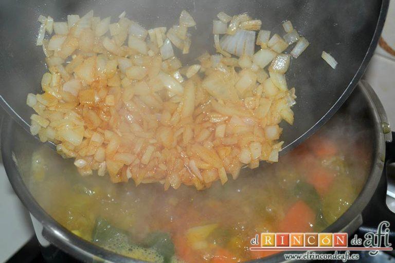 Potaje de jaramagos, remover bien para que no se pegue y añadirlo a la olla exprés