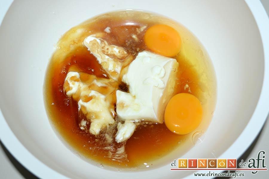 Quesada, agregar los huevos y la miel