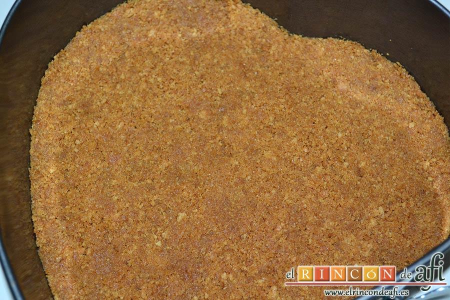 Tarta de mousse de mango con gelée, verter sobre el molde y darle forma