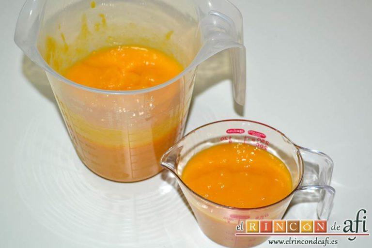 Tarta de mousse de mango con gelée, separar en un recipientes tres cuartas partes y en otro la otra cuarta parte