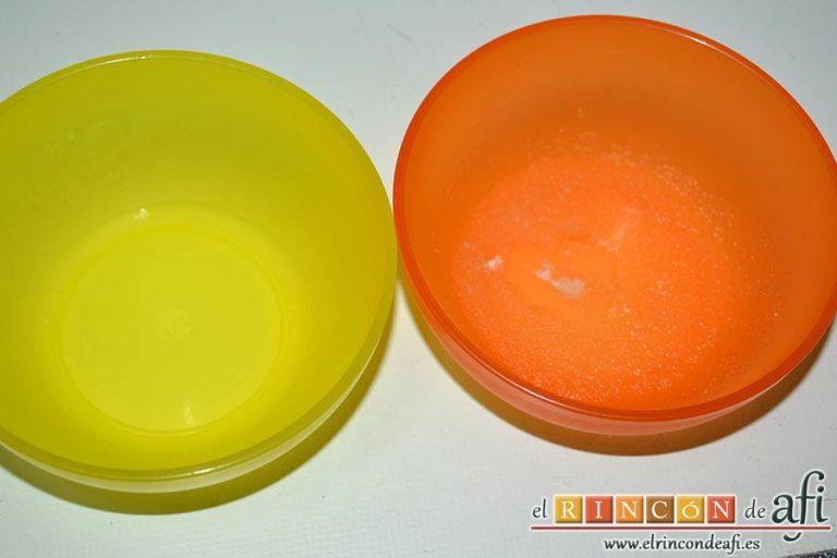 Tarta de mousse de mango con gelée, poner una cucharadita de gelatina neutra en agua fría y añadir agua hirviendo