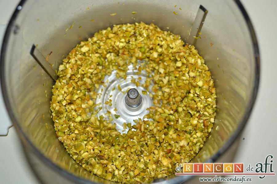 Bombones de salmón y queso, triturar los pistachos