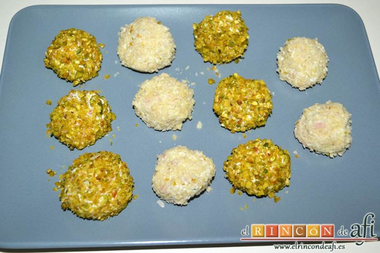 Bombones de salmón y queso, sacar la mezcla de la nevera, formar bolas y rebozarlas en un tipo de frutos secos