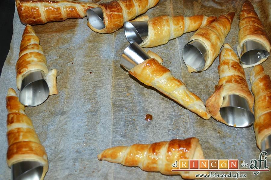 Conos de hojaldre rellenos con crema pastelera, hornear y sacar del horno