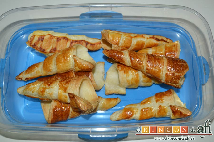 Conos de hojaldre rellenos con crema pastelera, sacar los conos del recipiente donde se hayan guardado