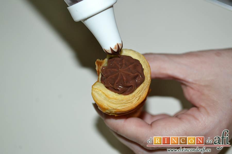 Conos de hojaldre rellenos con crema pastelera, rellenarlos con cuidado
